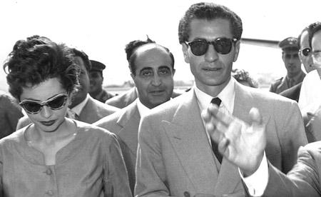 اشرف خواهر دوقلوی شاه که خود را تافته جدا بافته می دانست، و برای مردم ایران ارزشی قائل نبود. اشرف در کارهای کشور و نصب و انتصابات دخالت زیادی می کرد و هرگز مورد علاقه جامعه ایرانی نبود.