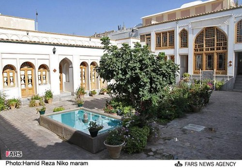 این هم درون حیاط قصر اهدایی از کیسه خلیفه است