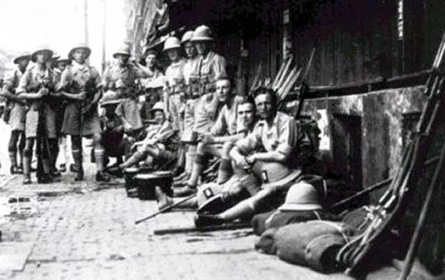 فرتور دسته ای از سربازان انگلیسی را در هندوستان نشان می دهد. دولت غارتگر بریتانیا بیش از دویست سال هندوستان را در اختیار خویش داشت و سرمایه های آن سرزمین را غارت کرد و مردم آن کشور را به بیگاری کشید.