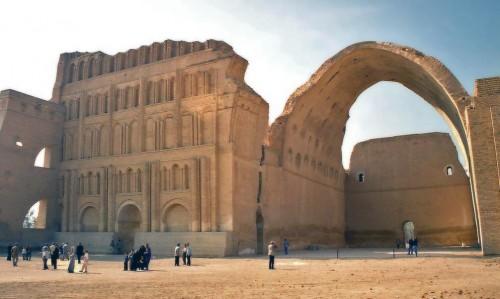 ایوان و سردر ورودی کاخ  بزرگ شاهنشاهان ساسانی در شهر تیسفون، (شهری مجتمع از ۷شهر)
