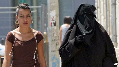 تصویر دو زن مسلمان در فرانسه- با پوشش بورقه، و بدون بورقه