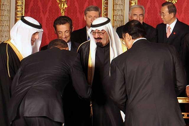 فرتور پرزیدنت اوباما را در حال تعظیم به ملک عبدالله پادشاه سرزمین جهل و تاریکی نشان می دهد، آمریکا و انگلستان همواره با سر زدن با کشورهای اسلامی و ورود به مسجد ها و پشتیبانی از مسلمانان، خواستار نگاه داشتن بیشتر مردمان فلک زده مسلمان در جهل و خرافات هستند تا هر جه بیشتر بتوانند سرزمین ایشان را غارت کنند،