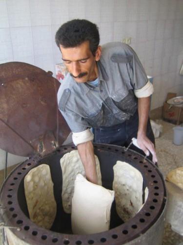 نان پختن جان کندن است، و نان خریدن جان باختن است. رژیم اسلامی از هرنظر و هرطرف جان مردم را می گیرد.