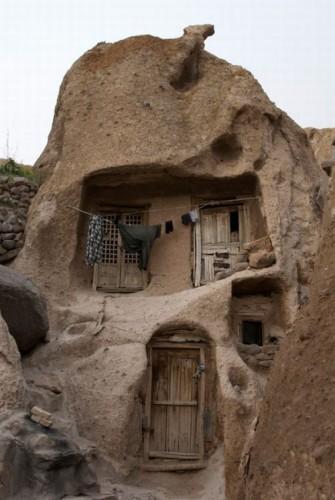 خانه خراب، پناهگاهی برای بینوایان، و سقفی که اندکی مانع سوزش سرما و ریزش باران  بر تهی دستان و محرومان است.