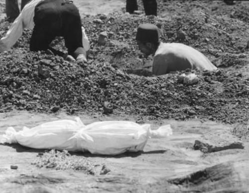 تصویری از کندن قبر که به تازگی در دانشگاههای ایران رواج گرفته، و ولی وقیح توانسته است گورستان ها را درسطح کشور حتی درون دانشگاهها گسترش دهد، واسلام ناب محمدی را در ایران پیاده کند.