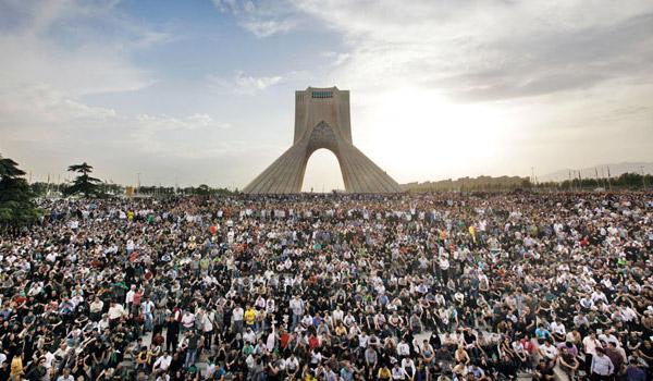 تظاهرات چند میلیونی سال گذشته در تهران می توانست هر رژیم مسلحی را سرنگون کند. ولی پیشروان ما که به دنبال سازش بارژیم بودند، و نه بر اندازی آن، مردم را به خانه هایشان فرستادند. مردم دلسرد شدند، و رژیم از حالت دفاع از خود به صورت تهاجمی در آمد، و به سرکوبی مردم پرداخت.