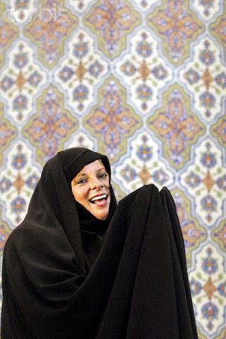لیلا بگم ( لورن خام قبلی)  را پس از مشرف شدن به دین اسلام، و در حال نماز خواندن  نشان می دهد.