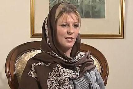 لورن خانم یا لیلا بگم تازه مسلمان، پس از دریافت مزایای قانونی و اسلامی، با حجاب اسلامی دیده می شود.