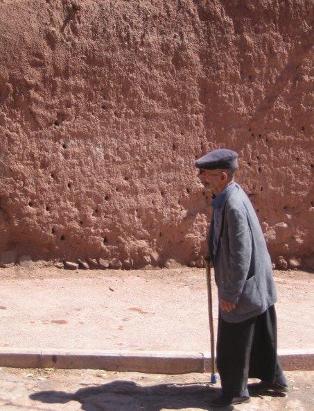 بابای پیر، دیگر نه آب می دهد، ونه نان. از خجالت ، شرمندگی، و ناتوانی، خود درحال آب شدن است.