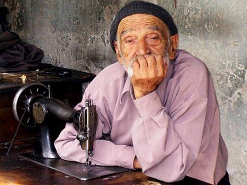 بابای پیر، زحمتکش، هنوزهم نان می دهد. ولی به زودی دیگر برای خرید نان باید جان بدهد.