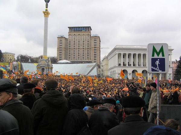 به دنبال تقلب در انتخابات ریاست جمهوری در اوکراین، مردم در ازنوامبر ۲۰۰۴ به مدت سه ماه در میدان شهر کیف به تظاهرات پرداختند، و با انقلاب مخملی خود، رژیم را وادار به سرگیری انتخابات دیگر نمودند.