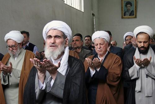 گله ای از جنایتکاران و غارتگران کشورمان، در حوضچه علمیه به نماز الله مدینه ایستاده اند. معلوم نیست با آن همه کجروی، چه چیزی را ثابت می کنند؟.