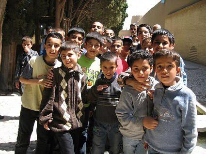 کودکان امروز، نسل فردای سرگردان ایران. در زیر دیکتاتوری و نعلین آخوند، که زندگی، آزاد اندیشی، و خرد ورزی را از آنان گرفته ، و به مردم وعده سرخرمن یعنی بهشت واهی و موهوم می دهند.