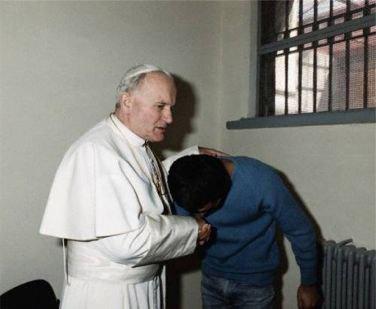 جان پل ۲ در ترکیه به دیدار قاتل خود می رود، و از او دل جایی میکند. این همه کرامت انسانی و بزرگواری محمد علی اگسا چنان تحت تأثیر قرار می گیرد که به کیش کاتولیک در می آید.
