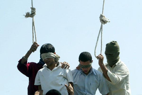 جمهوری جنایت پیشه ایران که بر پیکر انسان ها حکومت می کند، در سال ۲۰۰۵ محمود اصغری و ایاز مرهونی را به اتهام هم جنس گرایی در مشهد به دار می آویزد.