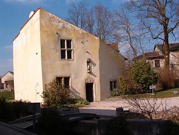 ژاندارک دراین خانه به دنیا آمده، که اکنون باز سازی و به موزه ای تبدیل گردیده است.