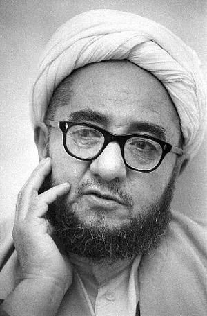 خلخالی، جلاد بزرگ اسلام، کسی که بسیاری از افسران شریف و وارسته، استادان،  فرهیختگان، و کردهای میهن پرست کشورمان را نابود کرد، و خاطره ۶۰۰ سال تجاوز تازیان به مردم بیگناه این سرزمین را زنده نمود. نفرین  ابدی بر اوباد.