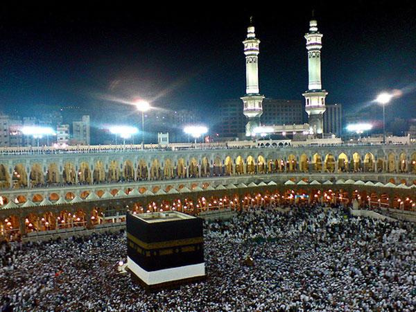 خانه کعبه، بی منطق ترین جایی که به خانه الله، نام گرفته. کانون گردهمایی خردباختگان ذوب شده در سیاست کذایی محمد ابن عبدالله