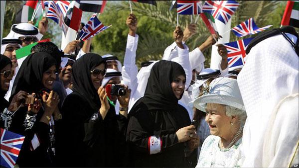 حاجیه الیزابت بیگم در میان نمایندگان اسلامی خود در ابو ظبی، با آنان به رتق امور، و فتق عرب ها می پردازند.