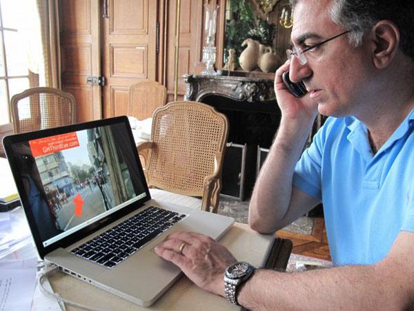 شاهزاده گرامی تظاهرات مردم را از درون کامپیوتر مشاهده می کنند و از دور به فاصله ۱۰ هزار کیلومتری، دستورات نظامی صادر می فرمایند. هرچه باشد ایشان رهبر انقلابند!!