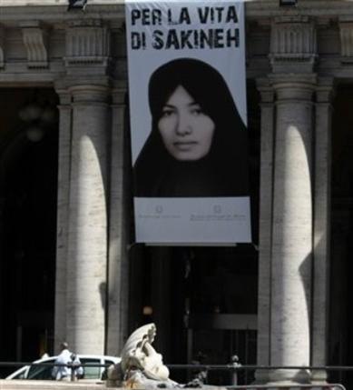 تصویری از سکینه آشتیانی بانوی بیگناه و آخوند زده ایران، برسردر پارلمان ایتالیا آویزان شده است.