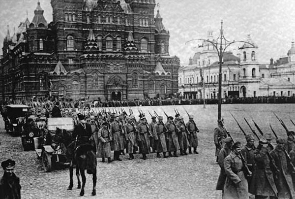 راهپیمایی نظامی بولشویک در میدان سرخ مسکو