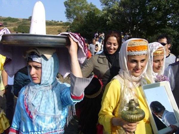 این یک ازدواج ایرانی است . ازدواجی که عموماً بر اساس دروغ گویی به یکدیگر و خود بزرگ بینی آغاز می گردد، و پایان خوبی نخواهد داشت. زیرا درآن راستگویی کمتر به چشم می خورد.