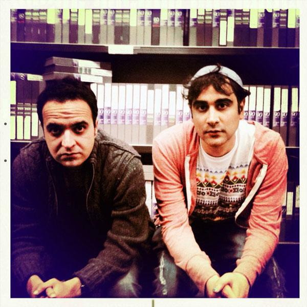 کامبیز حسینی و سامان اربابی، دوتن از برنامه گزاران پارازیت، که در نهایت دلبستگی، و میهن دوستی برنامه خود را اجراء می کنند، و مورد خواست بیشتر تماشاگران می باشند.