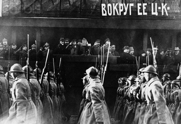 استالین یکی از خودکامگان تاریخ که  میلیون ها تن را به کشتن داد، و فدای تمامیت خواهی و دیکتاتوری خود نمود.
