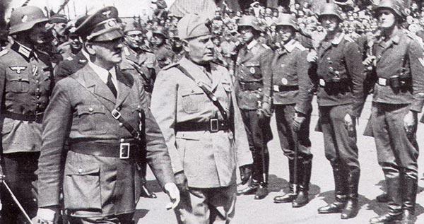 موسولینی و هیتلر، دو جنایتکار، دو قصاب بزرگ دوران جنگ. جای خمینی خالی که نفر سوم در عکس باشد و سه تفنگدار جنایتکار جهانی را تشکیل دهند.