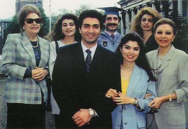 شادروان علی رضا در جشن پایانی فوق لیسانس تاریخ پیش از یورش تازیان ایران، با خانواده خود دیده می شود.