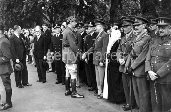 در این فرتور، شارل دوگل در برابر نظامیان و طرفداران خود در لندن دیده می شود. دوگل با شجاعت و دلیری کم نظیری فرانسوی ها را در همه جا متحد کرد و در برابر نازی ها قرار داد، و آنان را از کشورش بیرون راند.