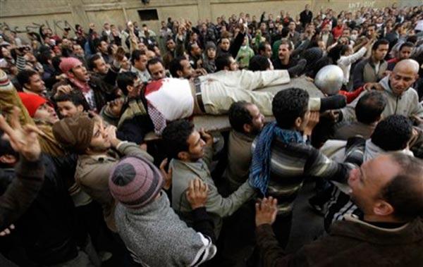 صحنه دیگری از تظاهرات مردم در حالی که پیکر یکی از کشته ها را از روی دست می برند.