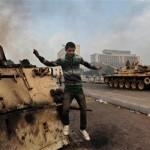 رژیم مصر تانک ها را به خیابان آورد و در برابر مردم قرار داد، مردم هم بیکار ننشسته آن ها را به آتش کشیدند.