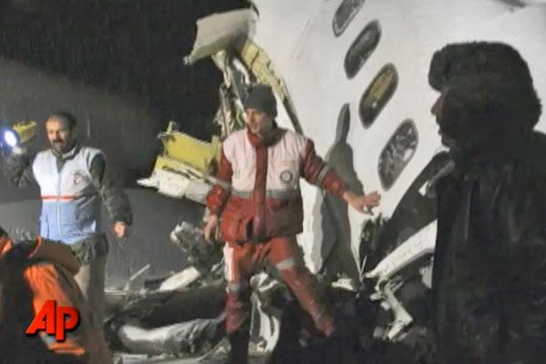 در این تصویر، لاشه هواپیمای سرنگون شده در نزدیک ارومیه دیده می شود. این تصویر برای مردم ایران تازگی ندارد، و تاکنون مرتباً هرچند مدت تکرار شده است.