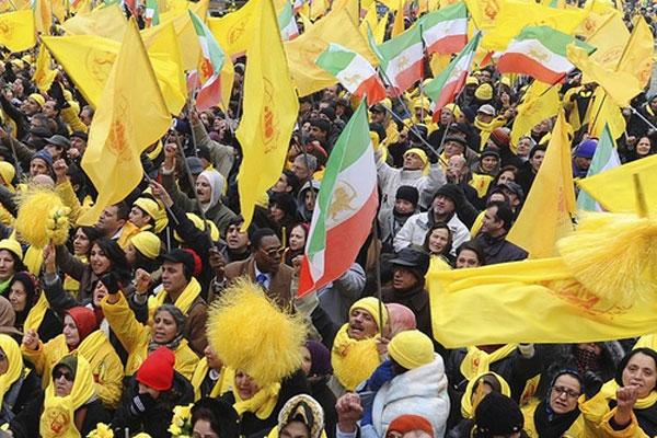 این هم تظاهرات مجاهدین است. در این گرد هم آیی، گروه و فرد دیگری دیده نمی شود.  گردهم آیی کاملاً تک روی، و نادیده گرفتن دیگر سیاستمداران، و فعالان سیاسی ایران است.