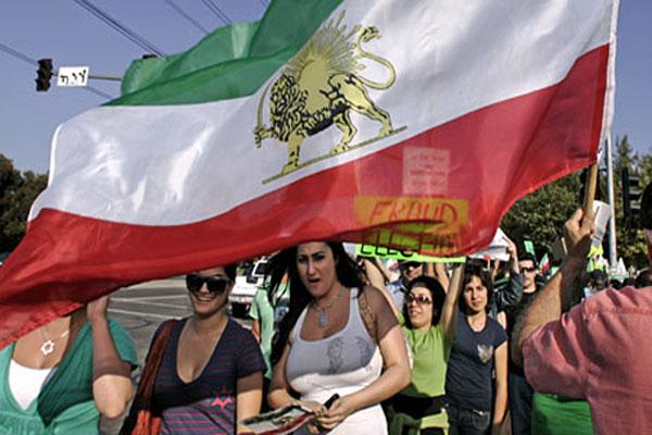 در این فرتور، طرفداران رژیم شاهنشاهی دیده می شوند. هریک از گروههای سیاسی در بیرون کشور به صورت تک رو عمل می کنند، و احیاناً گاهی با کینه توزی و دشمنی بایکدیگر برخورد می کنند که ریختن آب به آسیاب رژیم جهل و جنایت ولایت وقیح است.