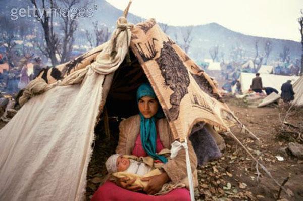 یک بانوی پناه جوی ایرانی با نوزادش در سرپناه خود در ترکیه دیده می شود. رژیم جنایتکار اسلامی با پرداخت میلیون ها رشوه به ترکیه، افغانستان، پاکستان، و یونان، شمار زیادی از پناهجویان را به ایران برگردانده، و پس از شکنجه های شدید نابود نموده است.