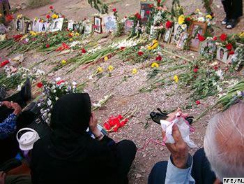 این گورستان خاوران است. جایگاهی که جوانان اندیشمند و برومند ایران به دستور خمینی جنایتکار اعدام شده و دسته جمعی در یک گودال به زیر خاک تلمبار شدند. این گورستان ما را به یاد هولوکوست و جنایت های هیتلر می اندازد.