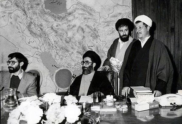 تصویری از رفسنجانی، خامنه ای  که در آغاز انقلاب دو آخوندک ساده و در حقیقت دو روضه خوان دوره گرد بودند. آقای موسوی و آقای احمد خمینی نیز در این تصویر دیده می شوند.