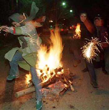 سه شنبه آخر امسال جشن بزرگ چهارشنبه سوری است با شرکت همه خانواده ۷۰ میلیونی. در این جشن شراره های آتش چنان بالا و بالا می رود که ریش هرچه دیو سیه چرده، به نام آخوند است، می سوزاند و قلعه دیوها با خاکستر یکسان خواهد شد.
