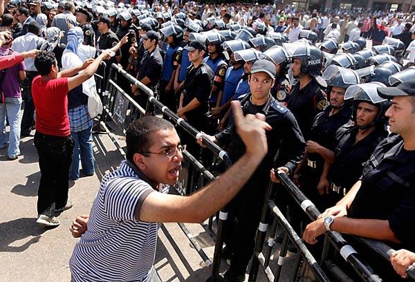 سیاه جامگان، یا پلیس سرکوب گر مصر که عملکرد آن مانند ساواک  و یا سپاه مخوف پاسداران است، و برای سرکوب مخالفین وبرای در قدرت نگاهداشتن مبارک طرح ریزی شده است.