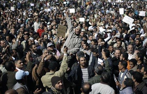این صحنه دیگر از تظاهرات میلیونی مردم مصر نشان می دهد. تظاهراتی که در سرتاسر کشور از دوهفته پیش به طور مدام، شب و روز ادامه داشته است.