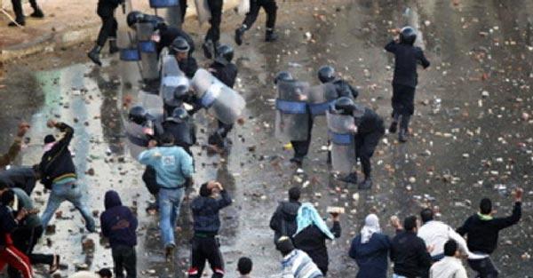 به کف خیابان و سنگ ریزه ها نگاه کنید، چگونه مردم مصر به جان مزدوران رژیم افتادند، و آنان را پخش و پار نمودند.