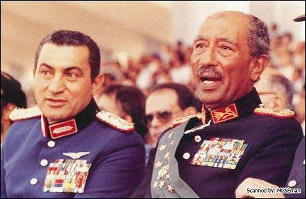 شادروان انور سادات و حسنی مبارک در کنار هم دیده می شوند. انورسادات مرد بزرگ، فداکار، صلح طلب  واما، حسنی مبارک یک مرد خودکامه، دیکتاتور، که سی سال است خاک مصر را به توبره کشیده، بیش از ۶۰ بیلیون دلار پول مردم فقیر را دزدیده، و هم اکنون باخیزش مردمی، بازهم با بی شرمی بر سرجای خود لمیده است.
