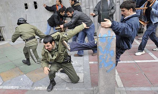 که اگر حمله ای از سوی مزدوران رژیم صورت گرفت، یک یا چند نفر از هم میهنان مورد ضرب و شتم رژیم قرار گرفتند، وظیفه هریک از ما ایرانیان است که تنها نظاره گر نباشیم بلکه ما هم همگی، و دسته جمعی به سوی آن جانیان هجوم بیاوریم. یکی از دلیل موفقیت مصری ها، دفاع از خودشان و عمل مقابل به مثل در برابر مزدوران رژیم بود.
