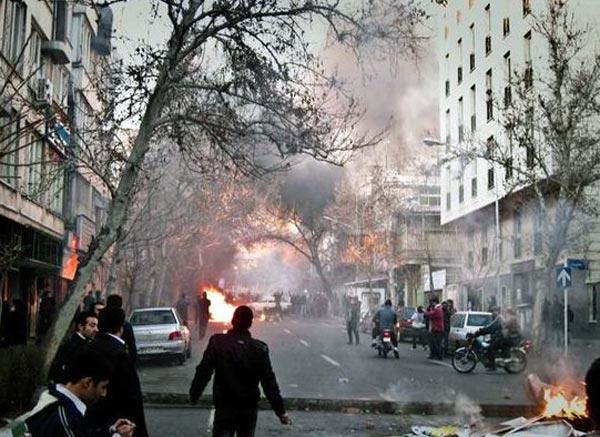 یک صحنه از تظاهرات دلیرانه مردم تهران در روز گذشته. نظیر این برخوردها، بسیار زیاد بوده است.