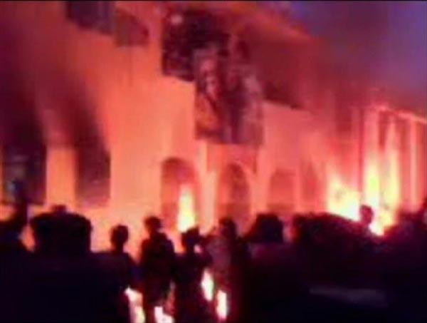 مردم شجاع و دلاور لیبی، ساختمان های دولتی که  می تواند مرکزو پناهگاه نظامیان برای  تیر اندازی و سرکوبی مردم می تواند باشد، به آتش کشیدند.