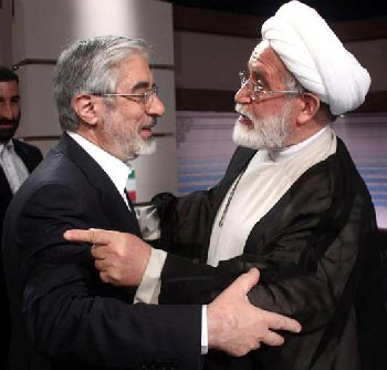 آقای کروبی در زندانی به نام خانه، و درون زندان بزرگ ایران در حال باز داشت است. آقای موسوی، درزندان خانه، و درون زندان کوچه، و در زندان بزرگ ایران بی اختیار و بی ارتباط با جهان خارج است.