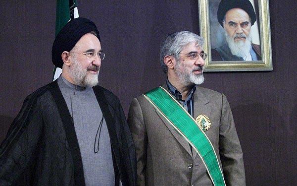 آقای موسوی همراه با روباه خندان، در زیر عکس خمینی. امروز دیگر، بر کسی پوشیده نیست که خمینی جنایتکاری بود که با کارهای تروریستی و افکار مالیخولیایی خود، ۲۰۰ سال ایران را به عقب راند، مردم را به دریوزگی، فقر، و فحشاء کشانید، و جهانی را با برنامه های تروریستی نا امن ساخت.
